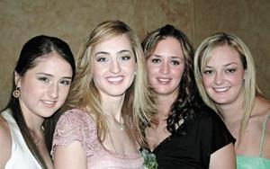 Lizy acompañada de su hermana Denisse Papadópulos Dingler y sus cuñadas Cristina y Patricia Villarreal Vargas