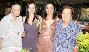 <b>11 de junio </b><p> Rebeca Pámanes, acompañada por las anfitrionas de sus despedida de soltera.