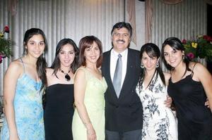 Carlos Trasfí  y Yolanda Treviño de Trasfí, con sus hijas, Tania, Yolis, Laurita y Ale, captados en pasado acontecimiento social