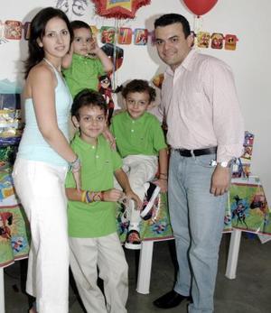 Diego Núñez Borbolla acompañado por sus papás, Daniel Núñez y Mónica Borbolla de Núñez, y por sus hermanos Franco Daniel y Patricio.