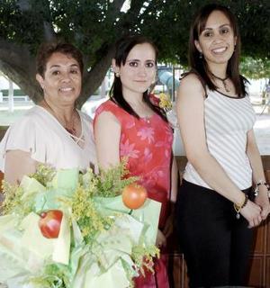 <b>12 de junio </b><p> Irma Serna Peña acompañada por su suegra, Nina Campos de Serna, y por su cuñada, Monserrat Serna Campos, quienes le ofrecieron una despedida de soltera