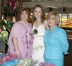 La futura novia acompañada por su suegra, Patricia Murra de Villarreal y por sus mamá, Mary Nelly Knight  de Fernández