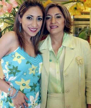Luz del Carmen de Castellanos  y su hija Mayela Castellanos de Fernández, captadas en pasado festejo