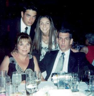 Alberto Murra Eager y Covadonga Capín de Murra, y sus hijos, Alberto y Cova Murra Capín