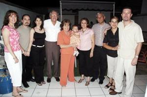 Everardo Martínez Rodríguez festejó su cumpleaños con una amena reunión que le ofrecieron su esposa e hijos, y donde fecibió múltiples felicitaciones y numerosos obsequios.