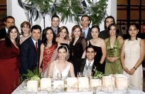 Los felices novios Alicia Estrada Murra y David Rangel Vallari, acompañados por un grupo de amigos en su recepción de boda.