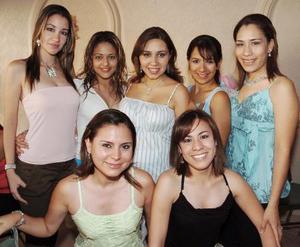 Marcela Barrón de Ruiz con sus amigas Ana, Paulina, Liz, Silvia, Clarita y Gaby, quienes le organizaron una fiesta de canastilla por el próximo naciminto de su primer bebé.