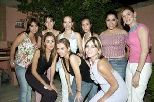 Norma Ivette Castillo Silveyra acompañada de un grupo de amistades, en su despedida