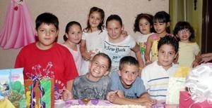 Ana Patricia Marín Pereda acompañada de sus amigos el día de su fiesta de cumpleaños.