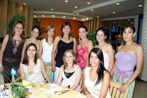 Karla Ávalos de Méndez recibió múltiples felicitaciones y compartió agradables momentos, con las invitadas a su fiesta de canastilla.