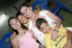 Ana Luisa Cabelaris Castillo con sus hijos Luis Rofigo, Luis Sebastián y Ana Fernanda, captados receintemente.