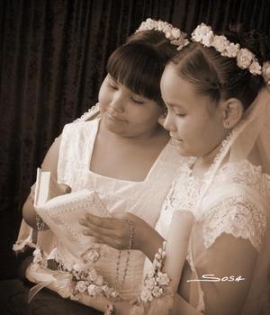 Azucena y Aylin Orozco Rodríguez, en una fotografía de estudio con motivo de de su primera comunión.