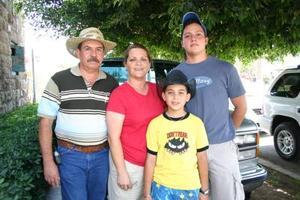 Carlos Guzman acompañado de su esposa Charo y sus hijos Carlos y César.