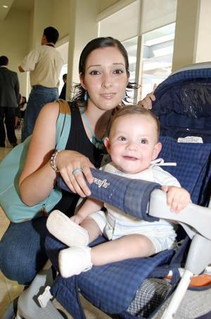 Dulce María Rivera acompañada de su hijo Elian.