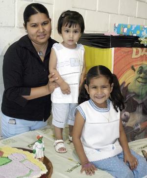 Irán y Brenda Lastra Moreno fueronfestejados por su mamá, Irán Moreno Gómez, quien les organizó una divertida piñata por sus respectivos cumpleaños