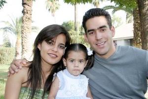 Isaura Ivonne Bustos  García junto a sus padres, Perla Ivonne García de Bustos y Rafael Ernesto Bustos González
