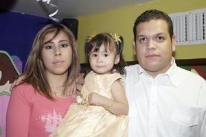 La pequeña Atai Guerrero Sosa, captada junto a sus papás el día que celebró su segundo cumpleaños