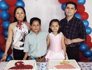 Los festejados junto a sus papás, María Isabel Luna de Solorio y C.P. Eduardo Alfonso Solorio Vega