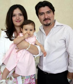 Nadia Simental de Acosta y Eduardo Acosta y la pequeña Victoria Rodríguez, en un agradable convivio.
