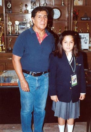 Natalia Valeria Rodríguez Guijarro, alumna de de la escuela Año de Zaragoza turno vespertino, acompañada por su Prof. Juan Manuel Ledezma Gómez.