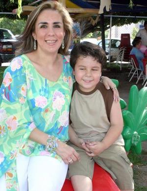 Pedro Antonio Fierro Orozco acompañado por su mamá,m Ana Isabel Fierro, quien le preparó una merienda con motivo de su sexto cumpleaños.