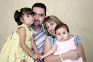 Victor Manuel Rodríguez y Catalina Ortiz con sus hijos Paola y Victoria Rofríguez Ortiz, en reciente festejo
