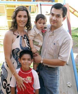 Pablo Elián Frías Delgado captado junto a sus papás, Selene Delgado de Frías y David Frías Martínez y su hermano David