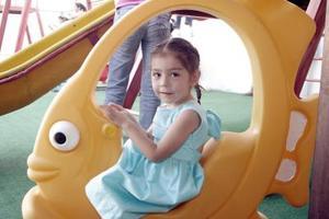 <b>13 de junio</b><p> Ximena Manoloff, en una piñata.