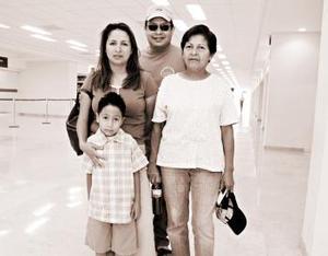 Rocío Vaca y Pablo Castañeda viajaron al DF y fueron despdidos por Alfredo y Rosa Vaca
