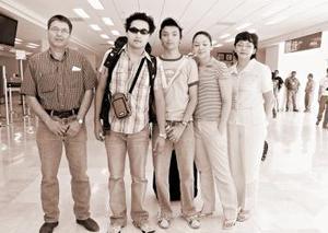 <b>12 de junio</b><p> Guillermo Acosta viajó a Alemania y fue despedido por la familia Acosta Candelaria.