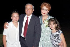 <b>16  junio </b><p>  Señores Marcelo Torres Michel y Judith Silvia Cofiño de Torres, en la celebración de su 40 aniversario de matrimonio, los acompañan sus nietos Marcelo y Daniela Torres Pasos.