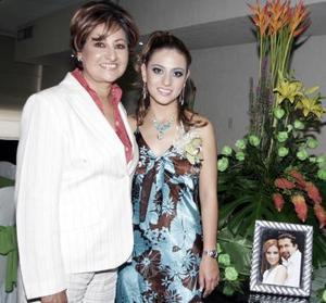 La feliz festejada,  Rocío Borbolla acompañada de su mamá, María del Socorro Vargas de Borbolla.