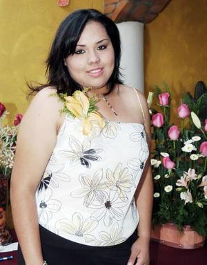 <b>16 de junio </b><p> Por su próxima boda con José Ángel Flores Martínez, Diana Margarita Coronado Cerda recibió numerosas felicitaciones en su despedida de soltera.