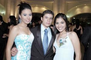 <b>16 de junio </b><p> Pamela Orona, Gerardo Villegas y Pamela Rodríguez, captados en reciente recepción.