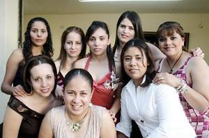 Cecilia del Rocío Villalobos Pinedo acompañada por sus amigas Vivis, Gaby, Claudia, Tere, Mony, Lety y Nelly, en la despedida de soltera que le organizaron recientemente.