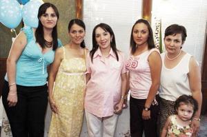 Por el próximo nacimiento de su primer bebé, Liliana Carrillo Villarreal recibió sinceras felicitaciones en la fiesta de canastilla que le organizo su mamá, Gloria Villarreal de Carrillo y Sandra Carrillo de Morán.