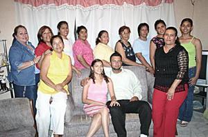 Perla Vanessa García Luna y Jesús Alberto Hurtado Alférez acompañados por un grupo de amigas y familiares, quienes les organizaron una despedida de solteros con motivo de su futura boda.