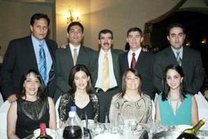 Grupo de amigos y familiares en pasado acto social.