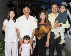 Juan Odón Fuentes acompañado por su familia, en el, festejo que le organizaron por su cuarenta aniversario de servicio a la educación.