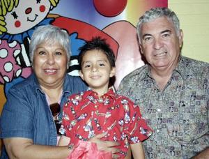 <b>14 de junio</b><p>  Sebastián Garza Rivera en compañía de sus abuelitos, Rosalba Rivera de Garza y René Garaz de la Garza, el día de su piñata.