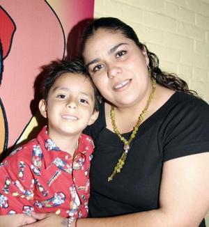 <b>16 de junio</b><p> Sebastián Garza Rivera junto a su mamá, Bony Garza Rivera, el día que festejó su sexto cumpleaños.