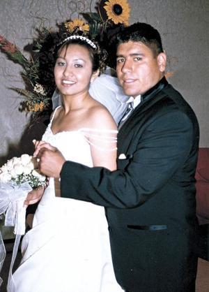 Ing Julio César González Garza y Srita. Carla Irene Pérez Chávez recibieron la bendición nupcial en la parroquia del Sagrado Corazón de Jesús en Ciudad Juárez Chih. el 05 de marzo de 2005.