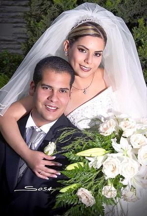 Ing. Francisco Gerardo Ortiz Faudoa y Lic. Laura Alicia Esparza Seáñez contrajeron matrimonio religioso en la parroquia de la Sagrada Familia, el sábado 16 de abril de 2005.