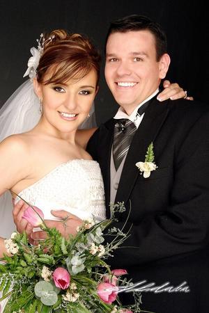 Ing. Jaime Arturo Durán Villalobos y Lic. Cynthia Yolanda Santibáñez García contrajeron matrimonio religioso en la parroquia se la Sagrada Familia el pasado 14 de mayo.
