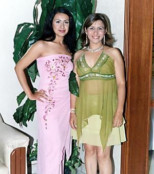 <b>17 de junio </b><p>  Yesenia González y Amelia Ibarra, captadas en reciente festejo social.