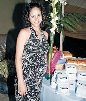 <b>17 de junio </b><p> Fabiola Mexsen de Fahur, captada en la fiesta de regalos que le ofrecio un grupo de amigas por el proximo nacimiento de su bebé
