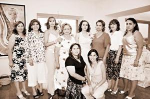 Claudia Estrella Mijares Flores recibió numerosas felicitaciones de sus amistades y familiares por su futuro matrimonio con Héctor Barro, en la despedida que le organizaron