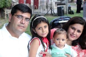 Yanko Hiram Mendoza, Olga González, Mariana y Valeria Mendoza, captados en una fiesta infantil.