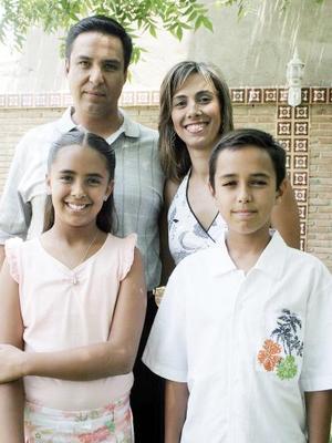 Jorge Nahle Hernández y Begoña de Nahle con sus hijos Nessim y Bego