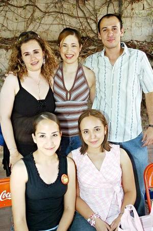 Marcia Terrazas Rodríguez en su fiesta de cumpleaños, acompañada de sus amigos Olga Félix de Aguilera, Jesús Aguilera, Silvia Hernández y Blanca Hernández